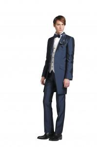 新郎が結婚新式でレンタルする青のフロックコート