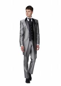 結婚式で新郎がレンタルするシルバーのフロックコート