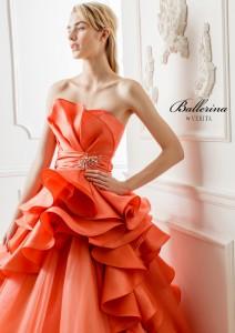 結婚式で花嫁がレンタルするオレンジのドレス