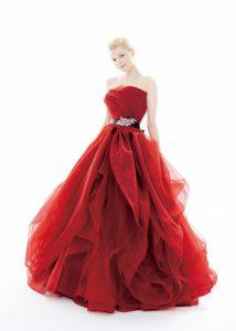 結婚式で花嫁がレンタルする赤のドレス