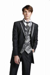 新郎が結婚式でレンタルする黒のタキシード