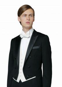 結婚式で新郎がレンタルするテールコート