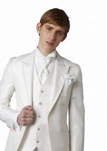 新郎が結婚式でレンタルする白のタキシード