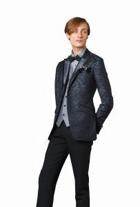 結婚式で新郎がレンタルするグレーのタキシードシャツ