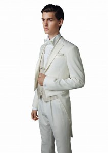 結婚式で新郎がレンタルする白のテールコート