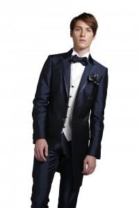 結婚式で新郎が着るネイビーのフロックコート