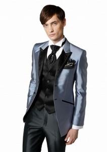 結婚式で新郎が着るシルバーのレンタルタキシード