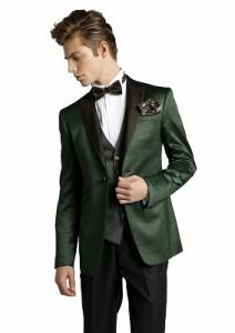 結婚式で新郎がレンタルする緑のタキシード
