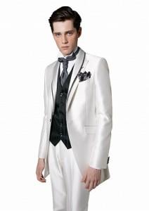 結婚式で新郎レンタルする白いタキシード