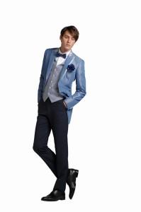 結婚式で新郎がレンタルするブルーのタキシード