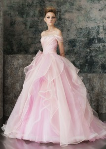 結婚式で花嫁がレンタルするピンクのドレス