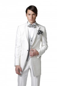 結婚式のレンタルタキシードでシンプルな白