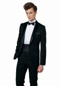 結婚式のレンタルタキシードでシンプルな黒