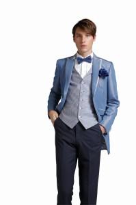 結婚式で新郎がレンタルする青のタキシード