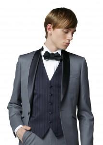 結婚式で新郎がレンタルするグレーのタキシード