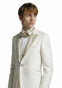 結婚式で新郎がレンタルする白いモーニングコート