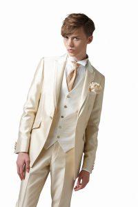 結婚式で新郎がレンタルするシャンパンカラーのタキシード