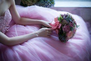 ピンクのカラードレスの花嫁
