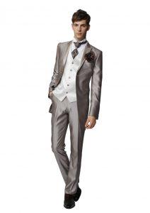 結婚式で新郎がレンタルするシャンパンタキシード