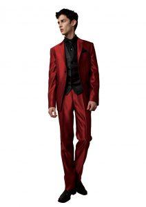 結婚式で新郎がレンタルする赤いタキシード