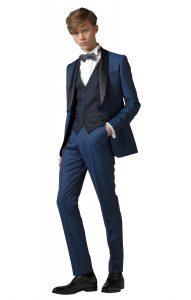 結婚式で新郎がレンタルする青いタキシード