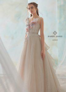 大人カラーなキャメルのドレス