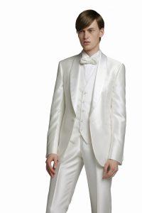 結婚式で新郎がレンタルする白いタキシード20357