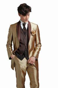 結婚式で新郎がレンタルするシャンパンゴールドのタキシード