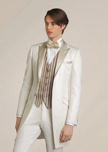 結婚式で新郎がレンタルする白のフロックタキシード