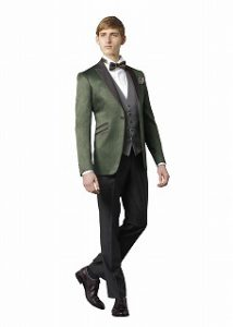 新郎が結婚式でレンタルするグリーンのタキシード