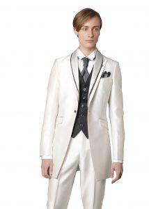 結婚式で新郎がレンタルする白のタキシード