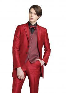 結婚式で新郎がレンタルする赤のタキシード
