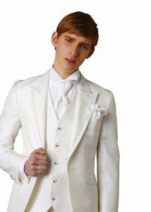 結婚式で新郎がレンタルする白のタキシード20312