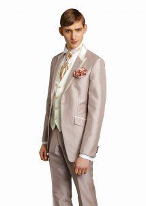 結婚式で新郎がレンタルするシャンパンベージュのタキシード