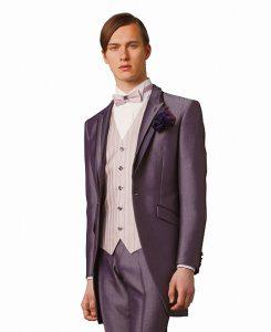 結婚式で新郎がレンタルするピンクのタキシード