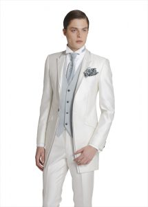 結婚式で新郎がレンタルする白いタキシード20336