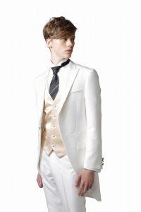 結婚式で新郎が着る白のモーニングコート
