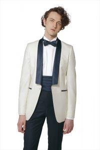 新郎が結婚式でレンタルする白のタキシード20380
