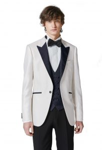 結婚式で新郎がレンタルする白のタキシード20392