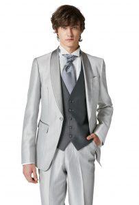 結婚式で新郎がレンタルするシルバーのタキシード20395