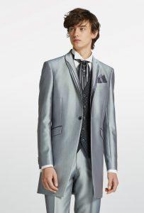 結婚式で新郎がレンタルするシンプルなシルバーのタキシード20303