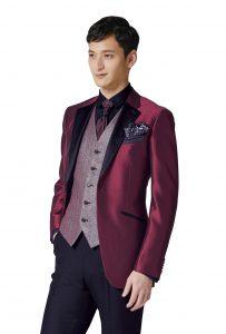 結婚式で新郎がレンタルするシンプルな赤いタキシード20321